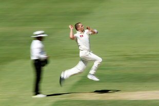 Peter Siddle runs in to bowl, Australia v India, 4th Test, Adelaide, 3rd day, January 26, 2012