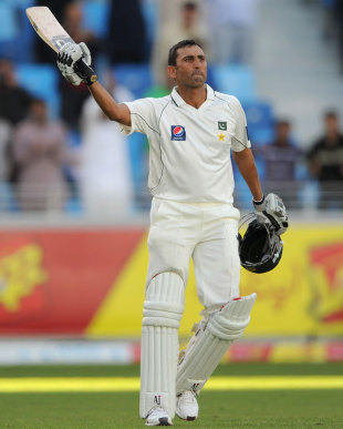 Younis Khan acknowledges applause for his century, Pakistan v England, 3rd Test, Dubai, February 4, 2012