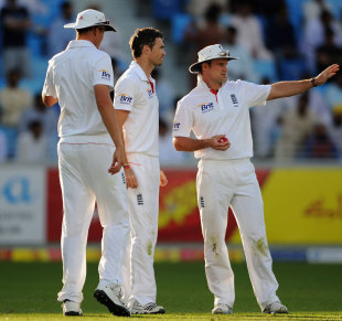 Andrew Strauss discusses field placements with James Anderson, Pakistan v England, 3rd Test, Dubai, February 4, 2012