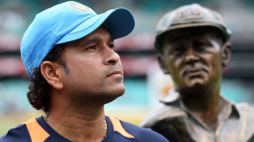 Sachin Tendulkar with a bust of Don Bradman