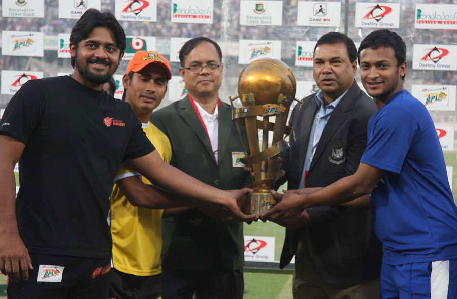 Shahriar Nafees, Mohammad Ashraful and Shakib Al Hasan at the trophy unveiling