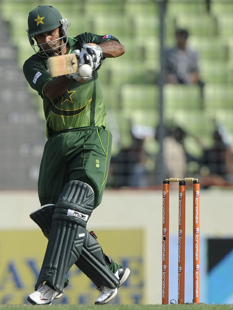 Mohammad Hafeez pulls during his 89