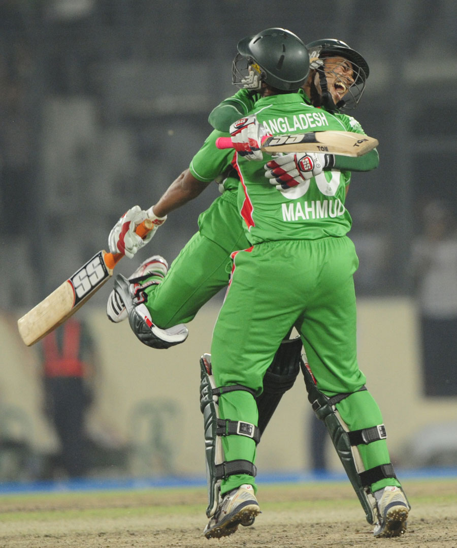Mushfiqur Rahim jumps on Mahmudullah after Bangladesh's win