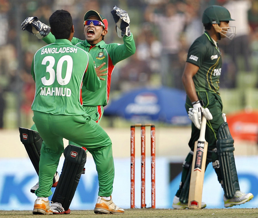 Mushfiqur Rahim celebrates Umar Akmal's wicket