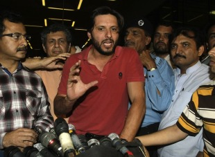 Shahid Afridi speaks to reporters after getting into a scuffle at the airport, Karachi, March 23, 2012