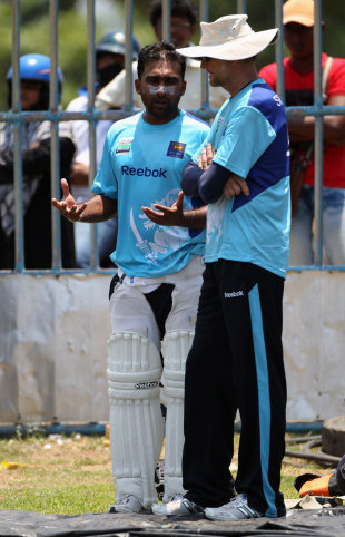 Sri Lanka's captain and coach, Mahela Jayawardene and Graham Ford, have a chat, Galle, March 25, 2012
