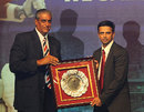 Rahul Dravid receives a memento from BCCI secretary Sanjay Jagdale, Mumbai, March 27, 2012