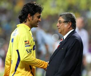 MS Dhoni has a word with the BCCI president N Srinivasan, Kolkata Knight Riders v Chennai Super Kings, IPL 2012, final, Chennai, May 27, 2012