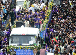 Knight Riders are greeted by fans in Kolkata, May 29, 2012