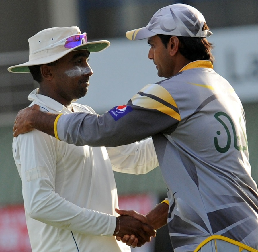 Mahela Jayawardene and Mohammad Hafeez shake hands