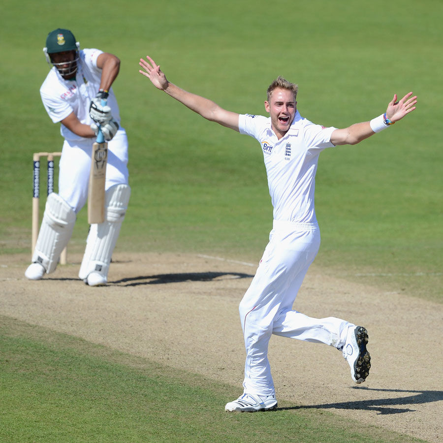 Stuart Broad appeals successfully for the wicket of Vernon Philander