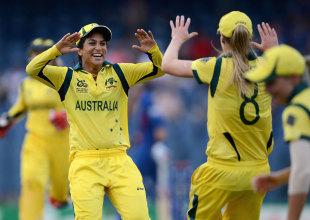 Lisa Sthalekar combined with Ellyse Perry to get rid of Charlotte Edwards, Australia v England, final, Women's World Twenty20, Colombo, October 7, 2012