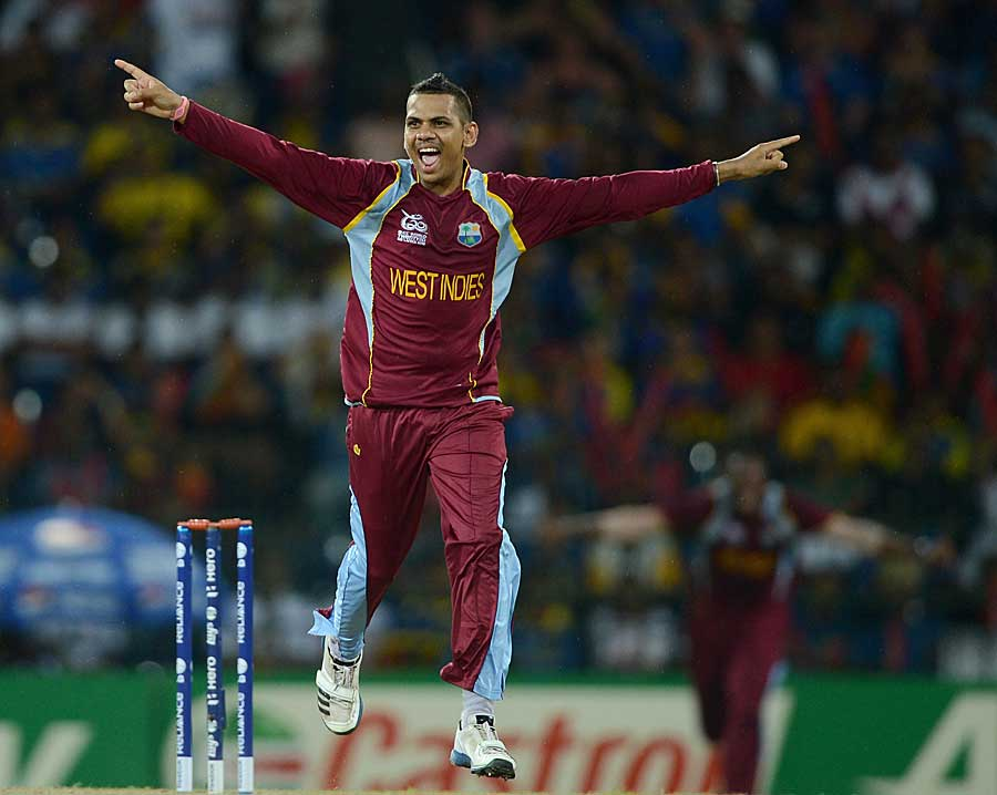 Sunil Narine picked up the crucial wicket of Mahela Jayawardene