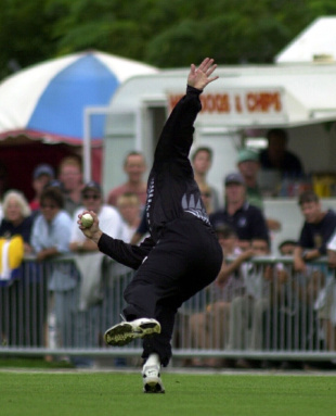 Chris Harris takes a catch to dismiss Abdul Razzaq, New Zealand v Pakistan, 2nd ODI, Napier, February 20, 2001