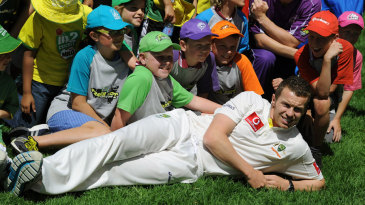 Peter Siddle poses with junior cricketers