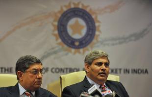 BCCI president Shashank Manohar (right) and N Srinivasan at a press conference at the BCCI headquarters, Mumbai, July 3, 2010
