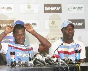 Darren Sammy and Ottis Gibson at a press conference, Dhaka, November 7, 2012