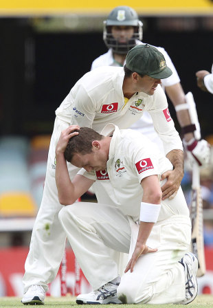 Ricky Ponting comforts Peter Siddle after letting go of a caught and bowled chance, Australia v South Africa, 1st Test, Brisbane, 1st day, November 9, 2012