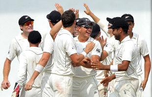 New Zealand celebrate a strike, Sri Lanka v New Zealand, 2nd Test, Colombo, 5th day, November 29, 2012