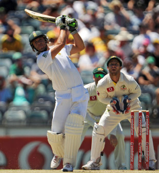 AB de Villiers powers the ball down the ground, Australia v South Africa, third Test, 3rd day, Perth, December 2, 2012