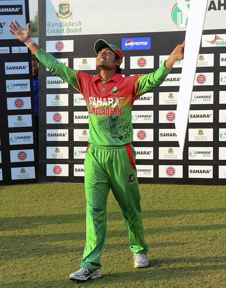 Anamul Haque savours his Man of the Match cheque