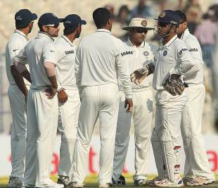 India nipped out four wickets in quick time on the fourth morning, India v England, 3rd Test, Kolkata, 4th day, December 8, 2012