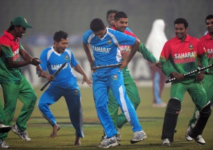 Mahmudullah and Mushfiqur Rahim lead Gangnam Style celebrations, Bangladesh v West Indies, 5th ODI, Mirpur, December 8, 2012