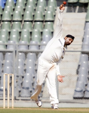 Harbhajan Singh in action, Mumbai v Punjab, Ranji Trophy, Mumbai, 3rd day, December 10, 2012