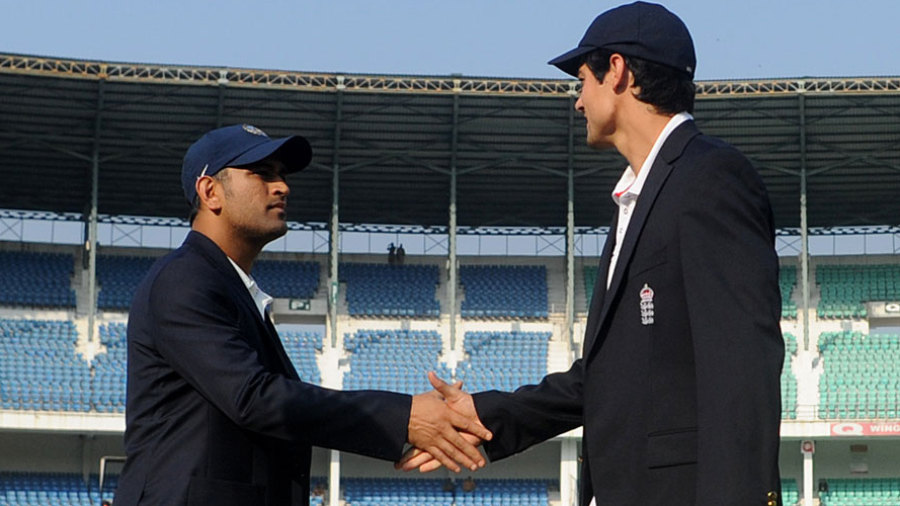 MS Dhoni and Alastair Cook shake hands at the toss