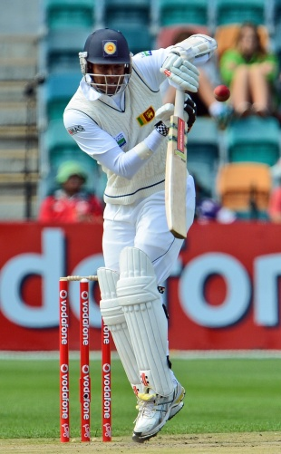 Angelo Mathews fends one away, Australia v Sri Lanka, 1st Test, Hobart, 3rd day, December 16, 2012