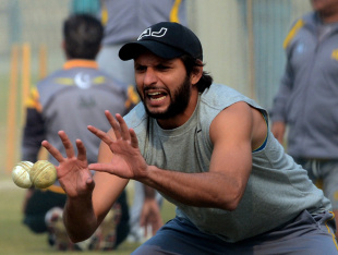 Shahid Afridi takes catches during training, Lahore, December 15, 2012