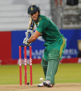 Captain Faf du Plessis guided the run chase, South Africa v New Zealand, 1st Twenty20 international, Durban, December 21, 2012