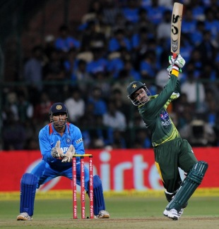 Shoaib Malik powers one down the ground, India v Pakistan, 1st T20, Bangalore, December 25, 2012
