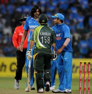 Ishant Sharma gets into an argument with Kamran Akmal, India v Pakistan, 1st T20, Bangalore, December 25, 2012