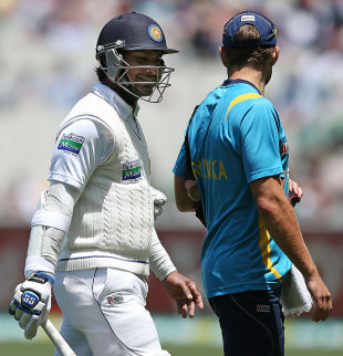 Kumar Sangakkara retired hurt after injuring his left hand, Australia v Sri Lanka, 2nd Test, Melbourne, 3rd day, December 28, 2012