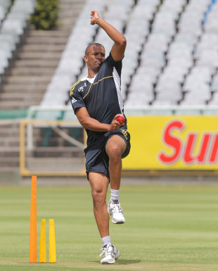 Vernon Philander tests out his hamstring injury during training, Cape Town, December 30, 2012