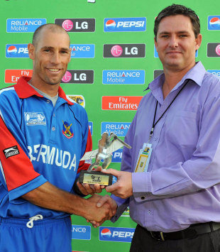 David Hemp collects the man of the match award from Jacques Faul, Kenya v Bermuda, ICC World Cup Qualifier, Potchefstroom, April, 6, 2009