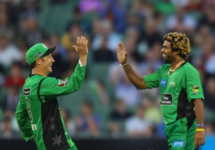 David Hussey and Lasith Malinga celebrate a wicket, Melbourne Stars v Hobart Hurricanes, Big Bash League, December 15, 2012