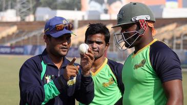 Sylhet Royals coach Mohammad Salahuddin provides tips to Hamilton Masakadza