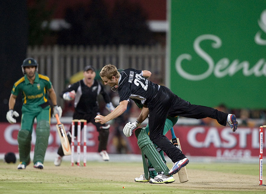 Kane Williamson collides with Graeme Smith but holds his catch