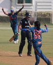 Amy Satterthwaite was bowled by Nagarajan Niranjana, India v New Zealand, Women's World Cup warm-up, Mumbai, January 28, 2013