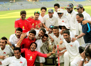 Mumbai celebrate after sealing their 40th Ranji triumph, Mumbai v Saurashtra, Ranji Trophy, final, 3rd day, January 28, 2013