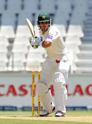 Misbah-ul-Haq watches the ball closely, South Africa v Pakistan, 1st Test, Johannesburg, 2nd day, February 2, 2013