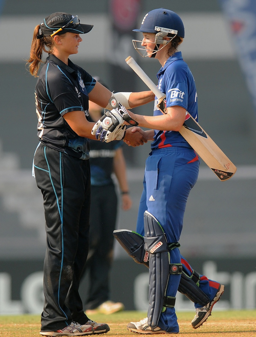Charlotte Edwards and Suzie Bates shake hands