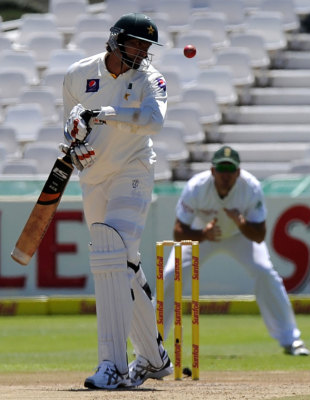 The seven-foot Mohammad Irfan evades a bouncer, South Africa v Pakistan, 2nd Test, Cape Town, 2nd day, February 15, 2013