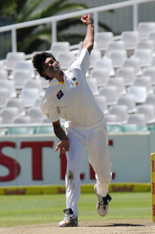 Mohammad Irfan bowls on Test debut, South Africa v Pakistan, 2nd Test, Cape Town, 2nd day, February 15, 2013
