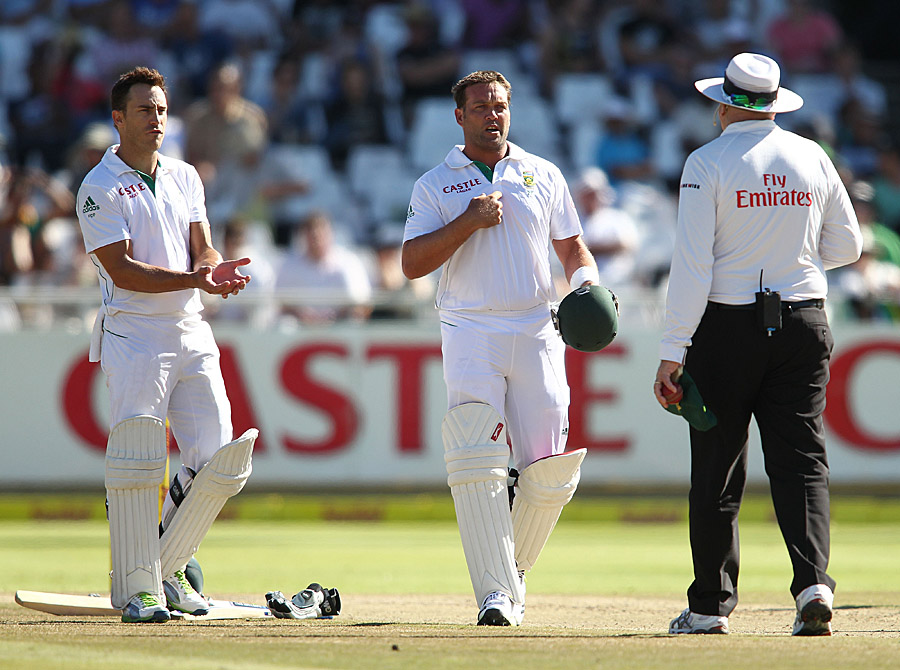 Jacques Kallis has a word with the umpire about his dismissal