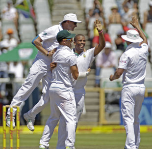 Vernon Philander's burst sliced through the Pakistan middle order in the morning