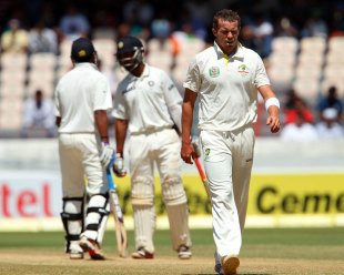 Peter Siddle walks back to his mark, India v Australia, 2nd Test, Hyderabad, 2nd day, March 3, 2013