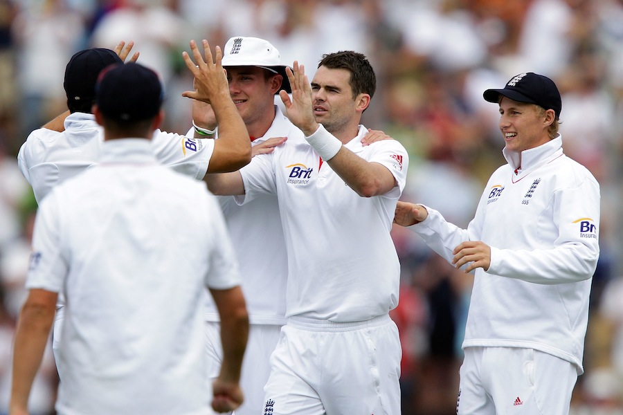 James Anderson celebrates the wicket of Peter Fulton with teammates